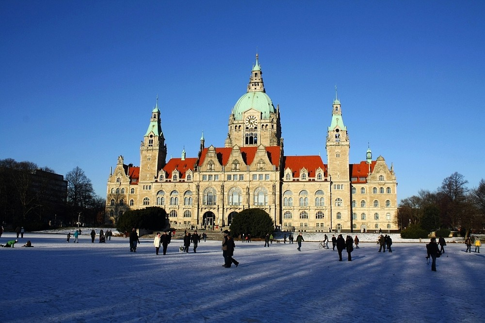 Rathaus Hannover umgeben von Eis