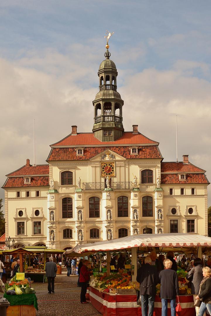 Rathaus Lüneburg mit Wochenmarkt