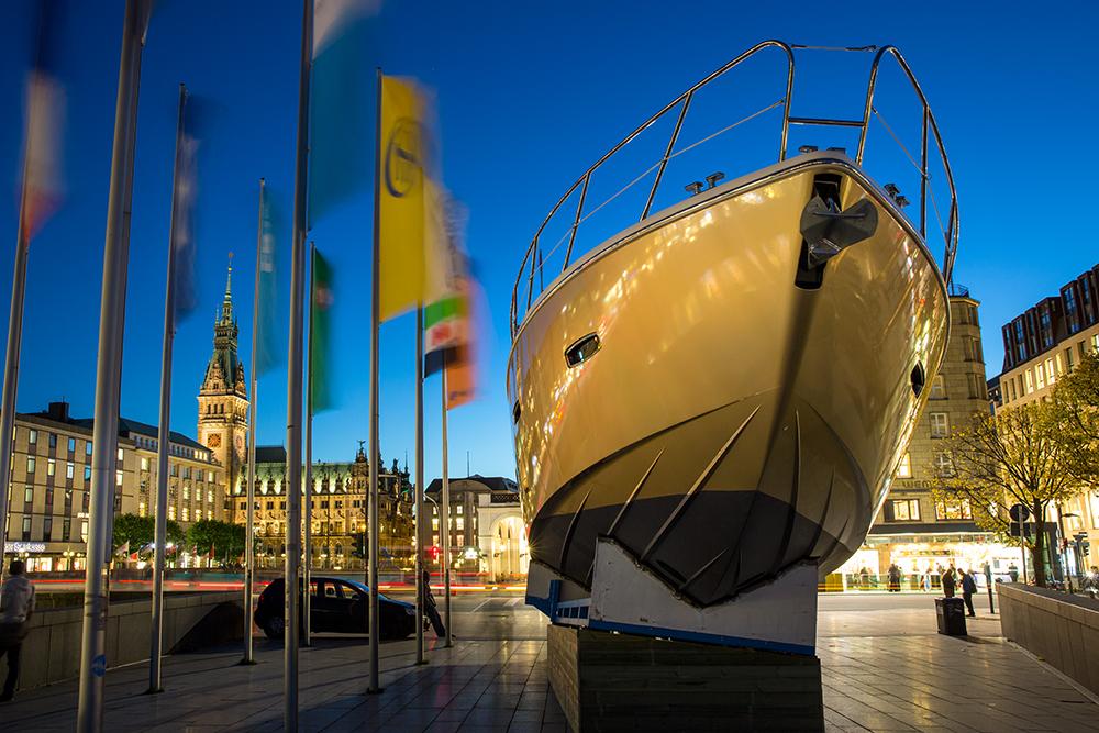 Rathaus mit Boot