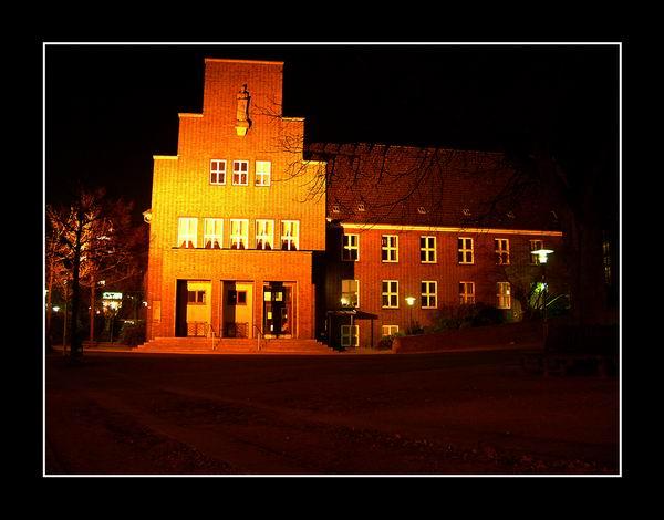 Rathaus Wedel bei Nacht