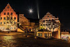 Rathausplatz bei Vollmond