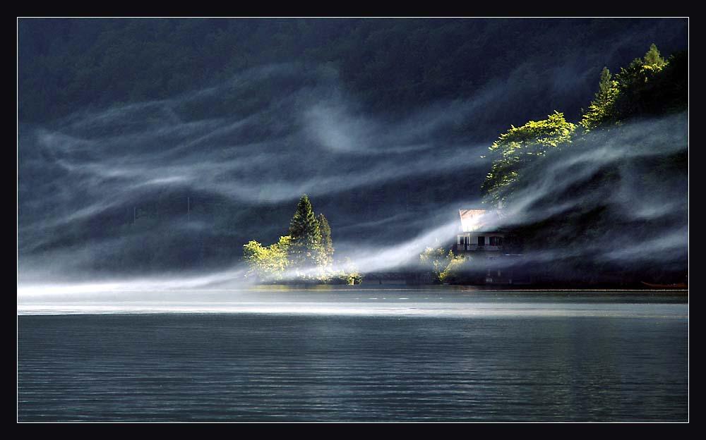 Rauch über dem See