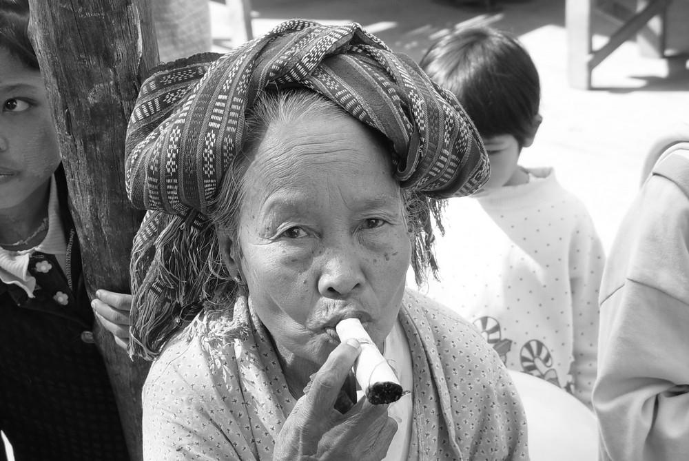 Rauchende Frau in Bagan
