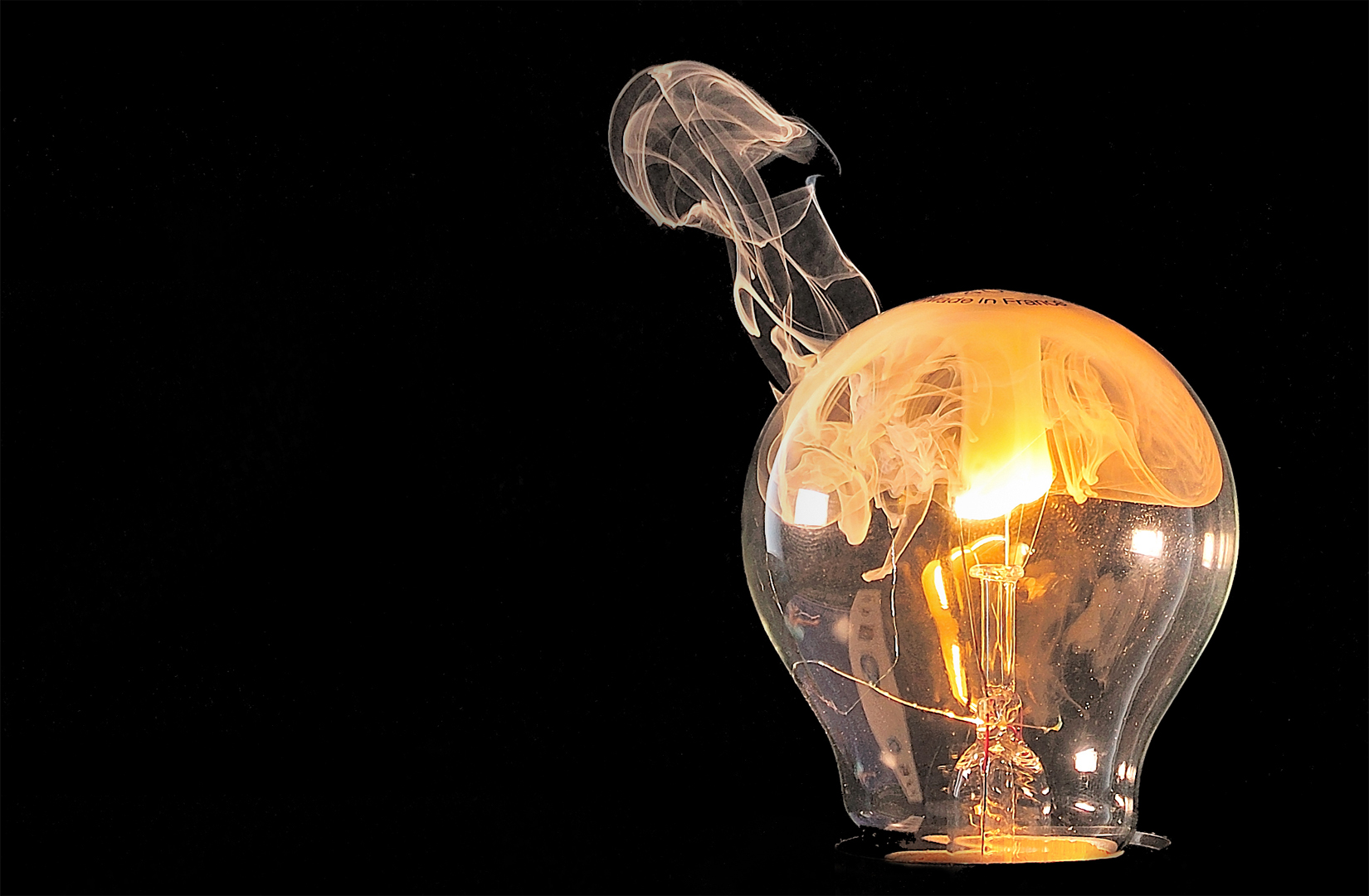 rauchende gl hbirne foto bild fotokunst licht und. Black Bedroom Furniture Sets. Home Design Ideas