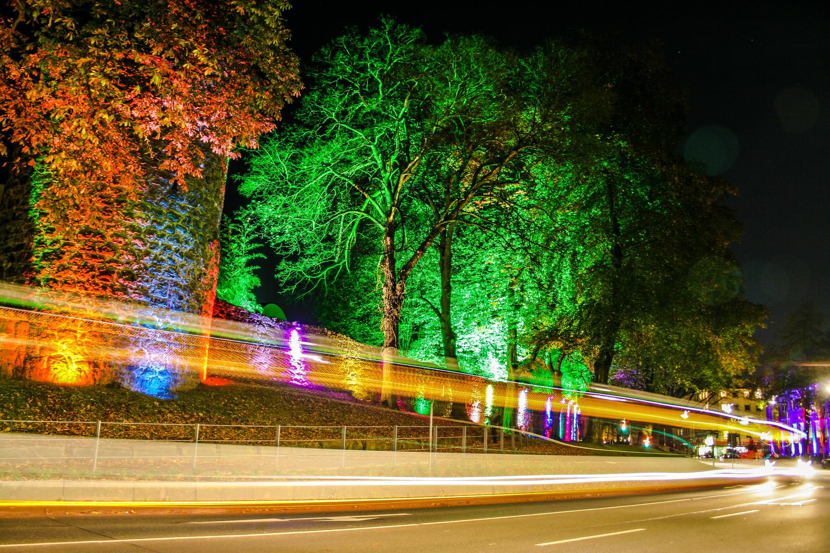 RE leuchtet Stadtmauer