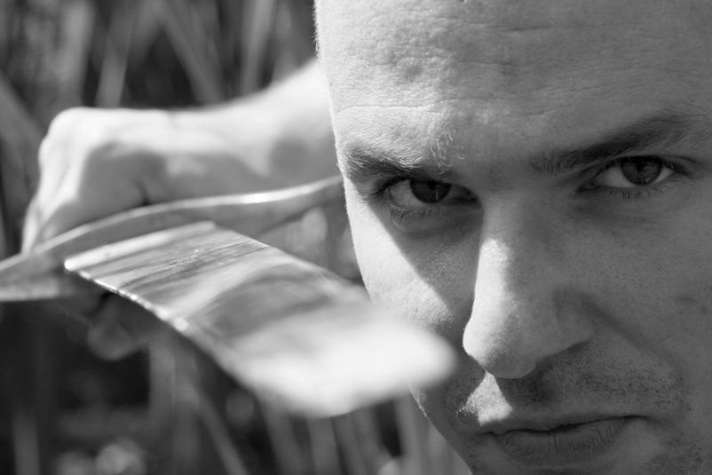 """""""Ready to Kill"""" - Charakter Portrait eines Mannes mit Schwert in schwarz / weiß"""