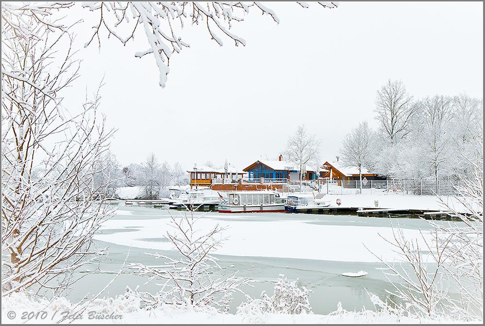 """Recker """"Marina-Yachthafen"""" versinkt unter kalter Winterdecke"""