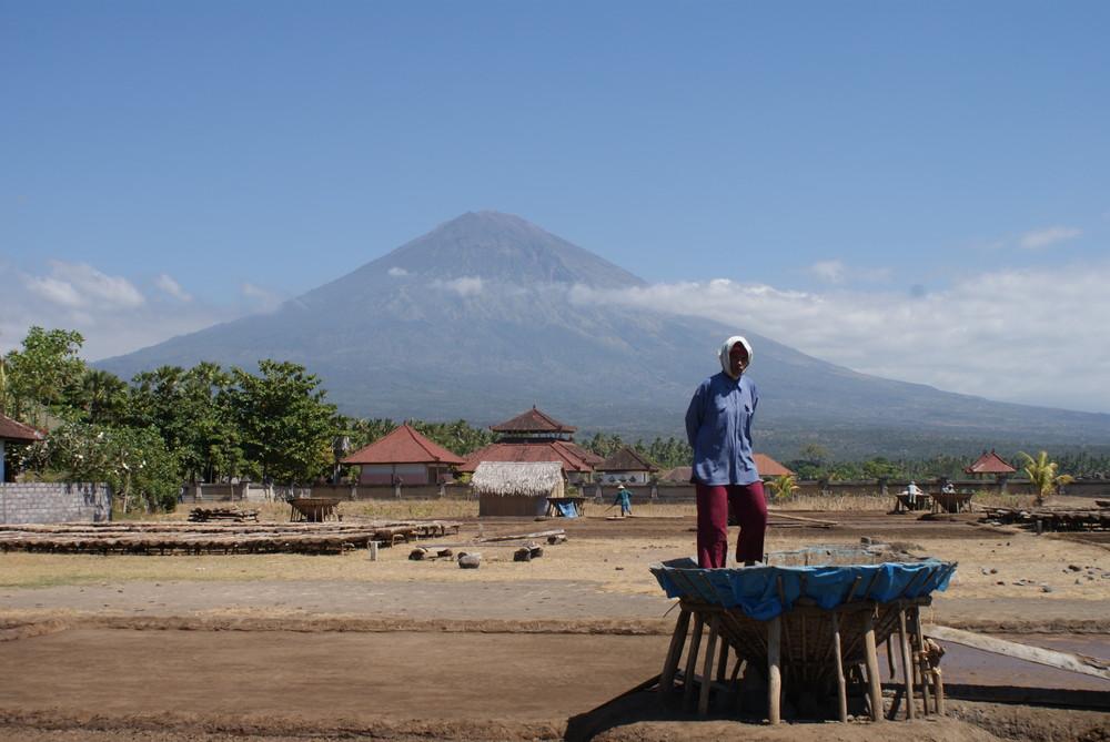 Récolte du sel devant le mont agung (bali)