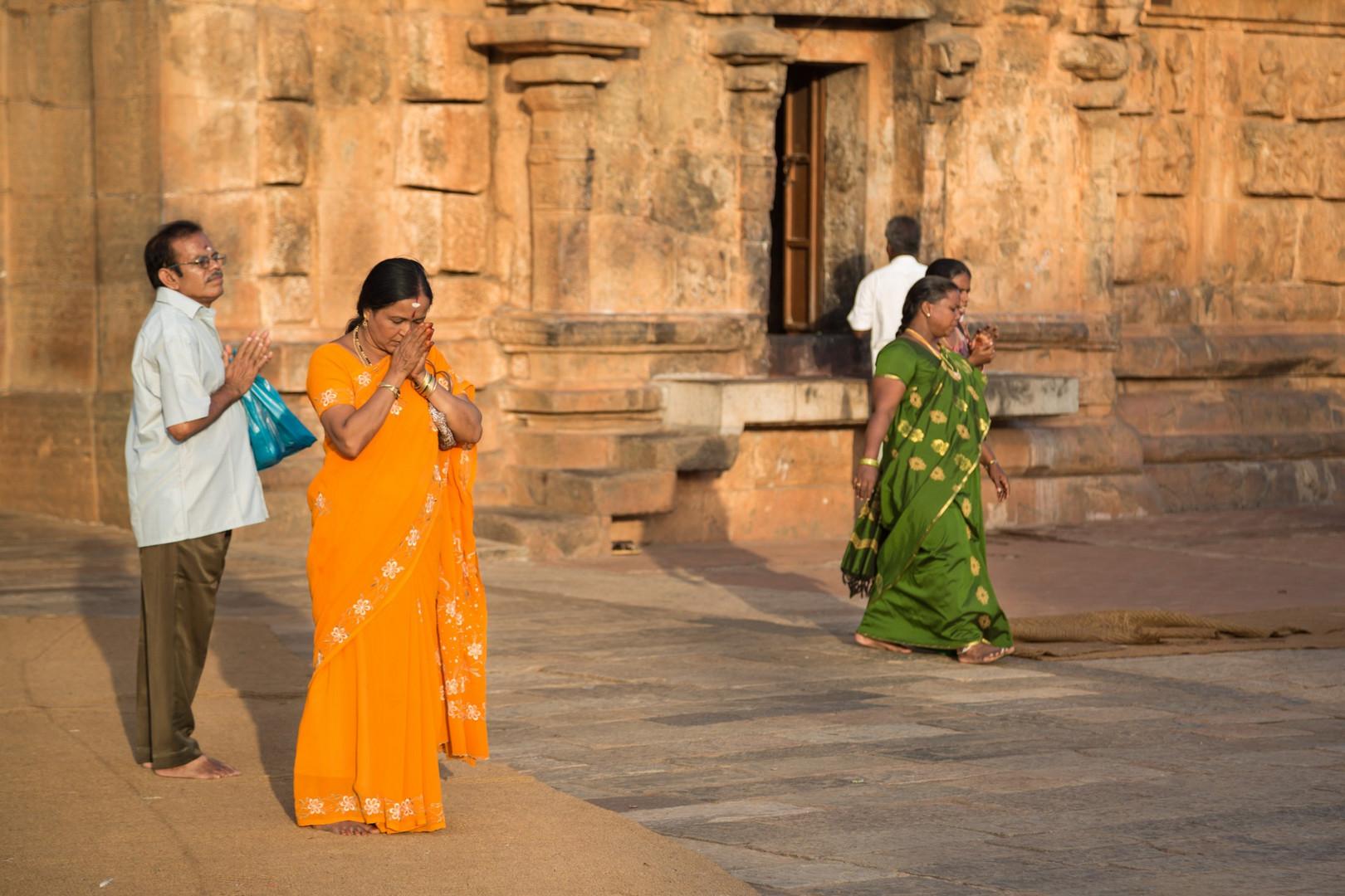 Recueillement avant la sortie du temple de Brihadesvara