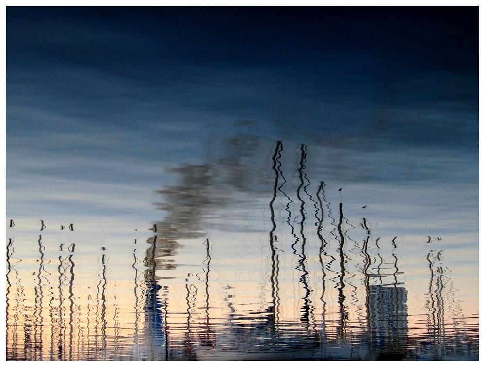 Reflet cheminée de paquebot sur la mer