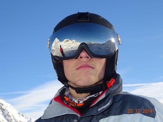 reflet de lunette dans le casque de ski de monfils