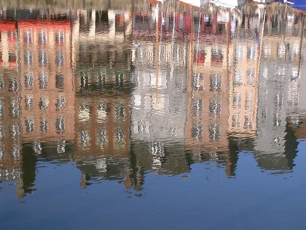 reflets dans le Vieux-Bassin à Honfleur