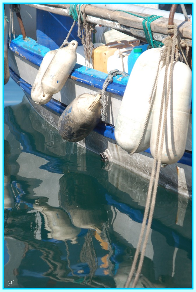reflets dans l'eau du port MARSEILLE