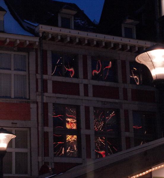 reflets de La grande Roue ds les fenêtres du palais de Justice.