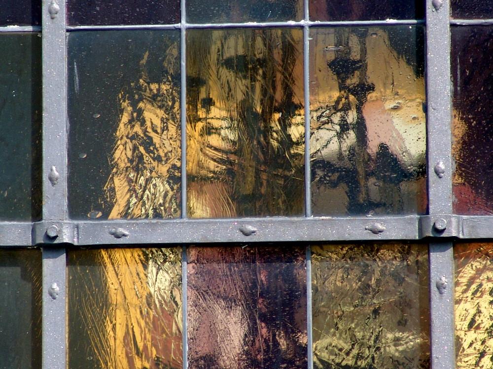Reflexion im Kirchenfenster