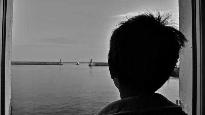 Regard d'enfant sur l'océan