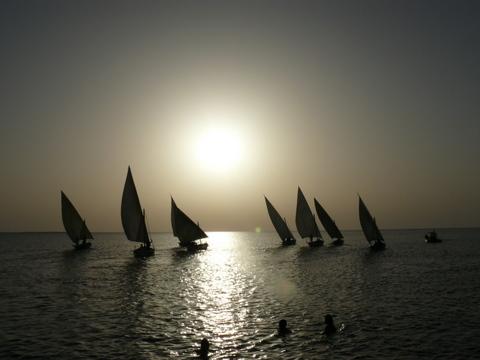 régate à la tombée de la nuit (îles Kerkennah, Tunisie)