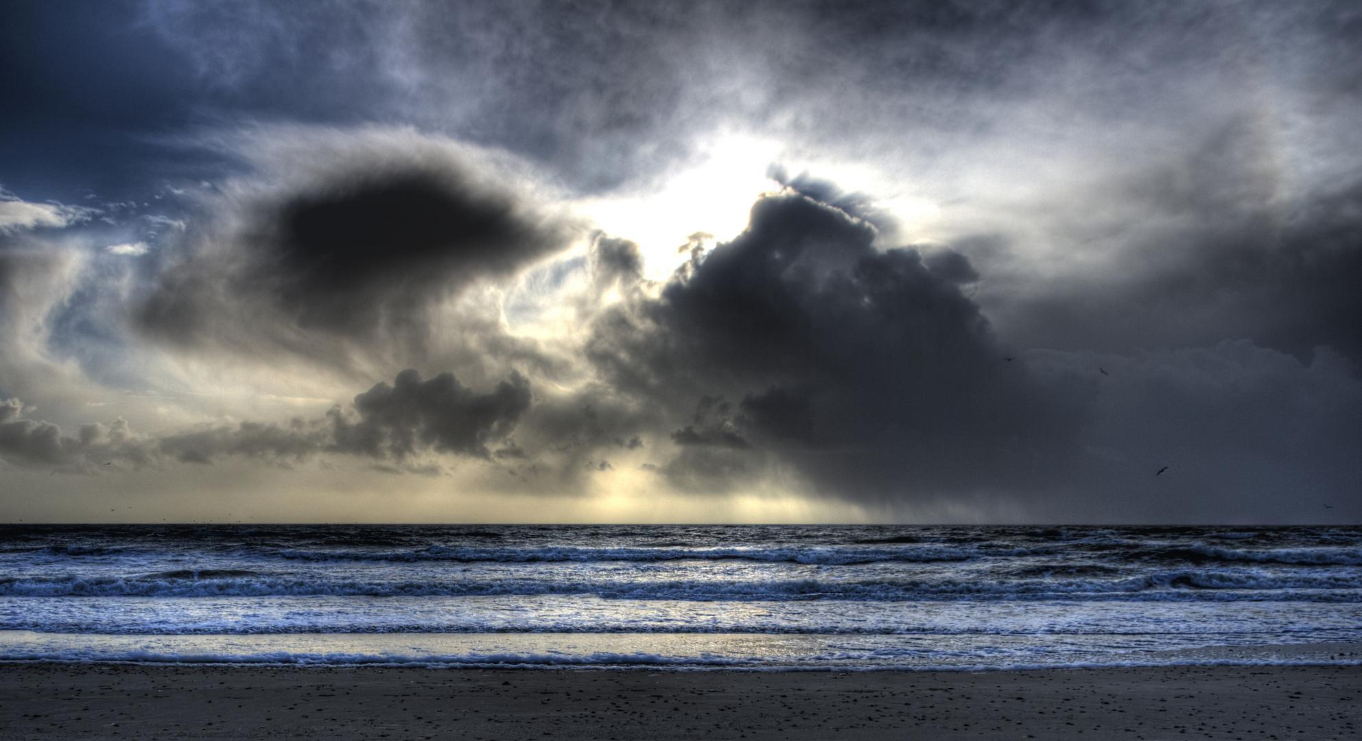 Regen zieht am Strand auf...