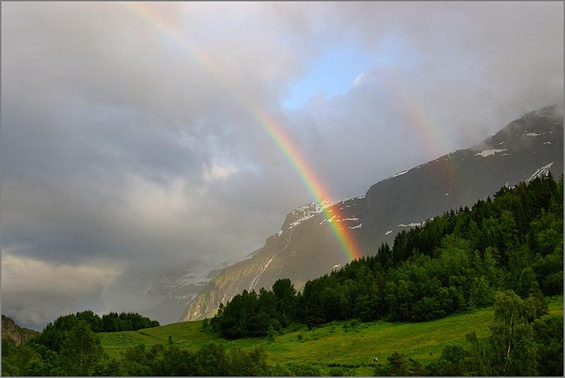 Regenbogen am Lustrefjord