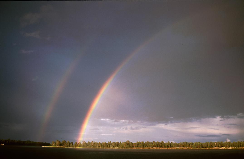 Regenbogen an einem finnischen See