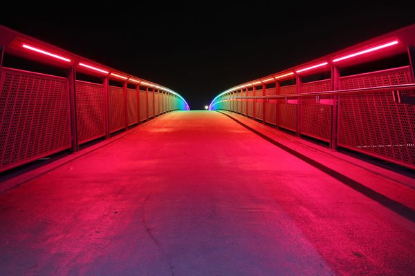 Regenbogen-Brücke bei Nacht