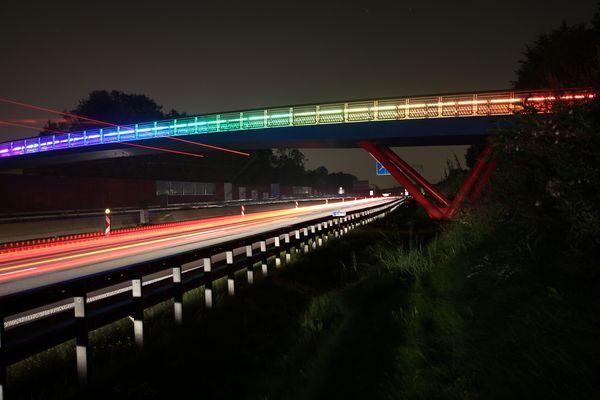 Regenbogen-Brücke von unten