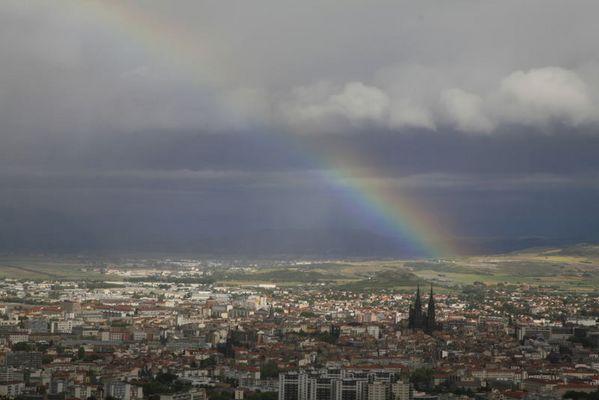 Regenbogen über Clermont-Ferrand