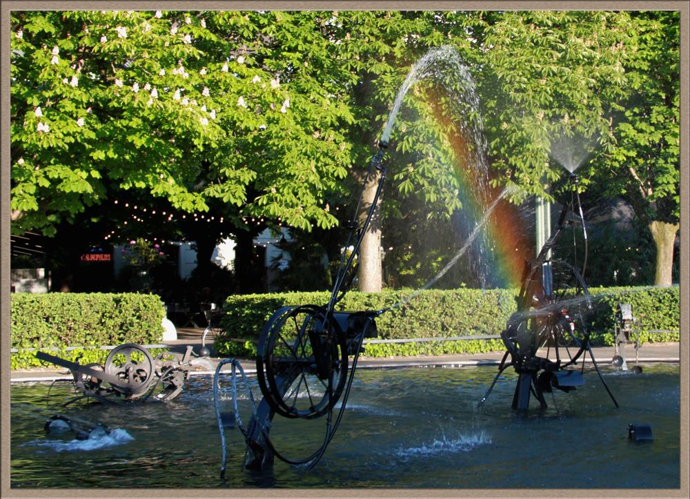 Regenbogen über dem Brunnen