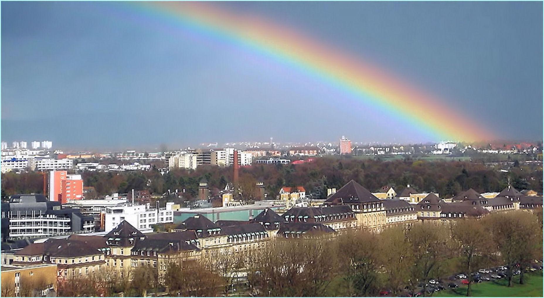 Regenbogen über dem Klinikum