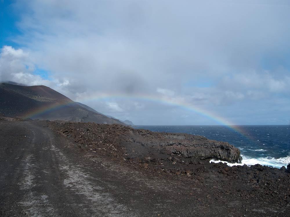 Regenbogen über dem vulkanischen Strand von La Palma