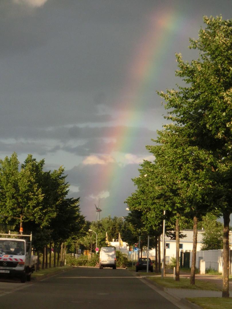 Regenbogen über dem Windkraftwerk
