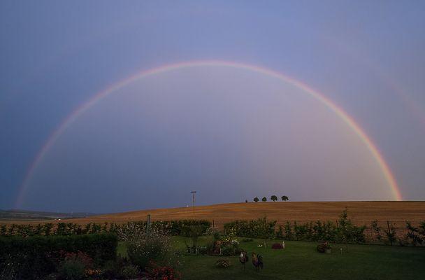 Regenbogen umhüllt unseren Garten