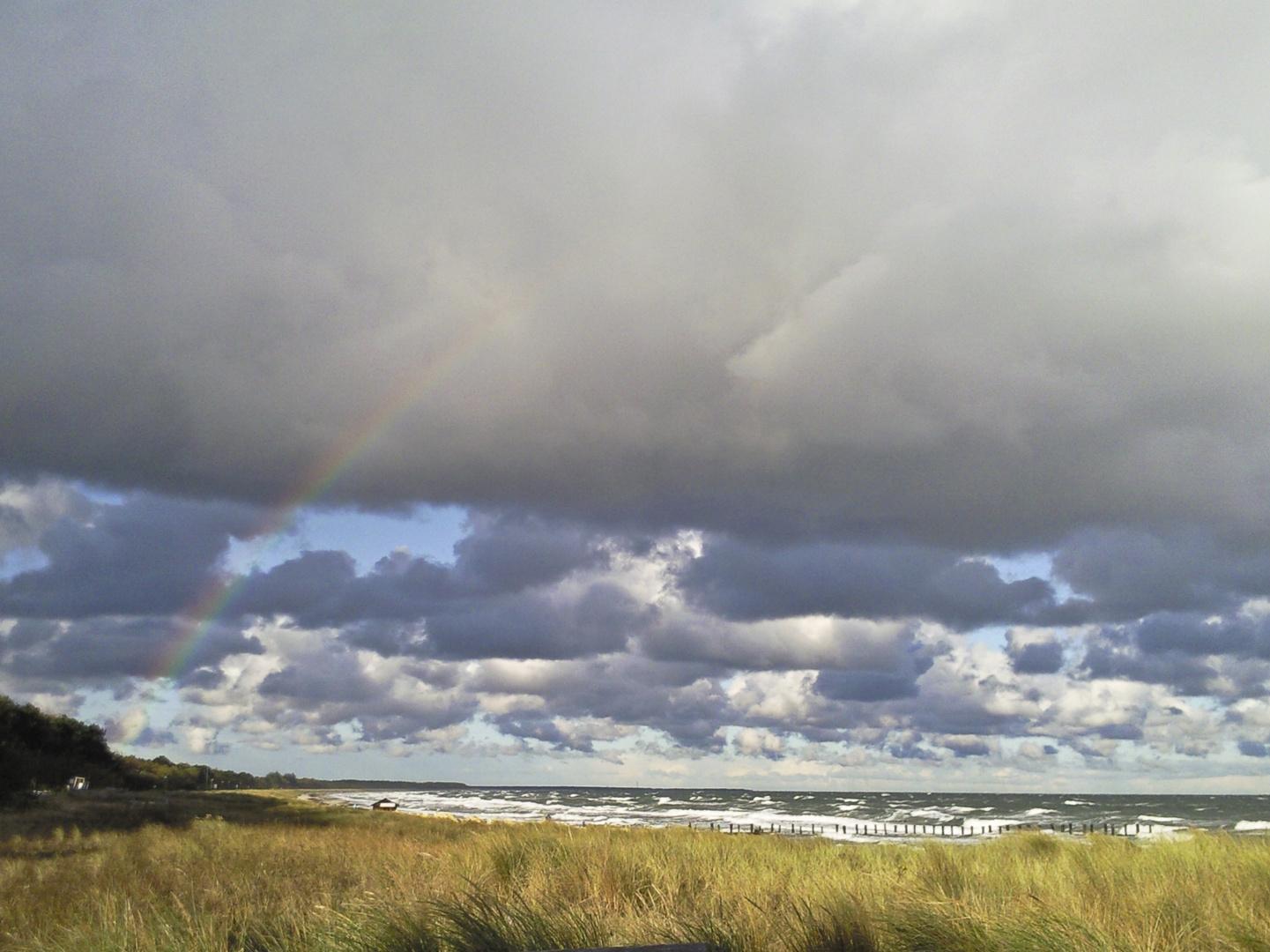 Regenbogen zwischen Wolken