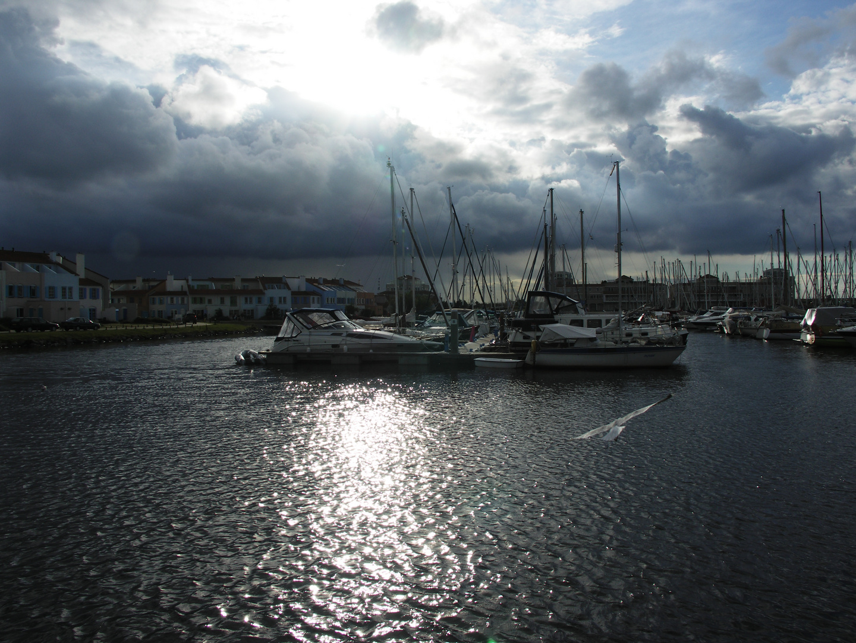 Regenfront über dem Jachthafen
