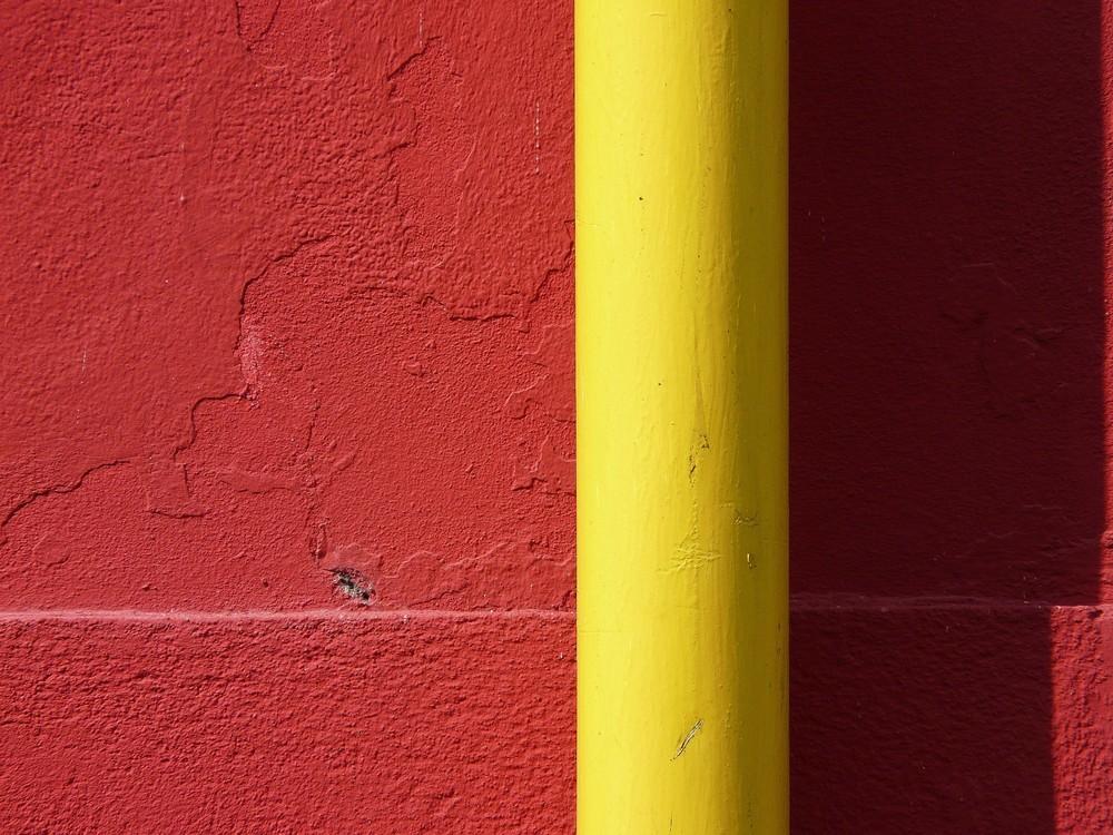 regenrohr (gelb) vor hauswand (rot)
