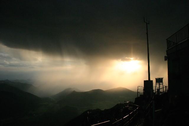 Regenschauer vor der Wetterstation