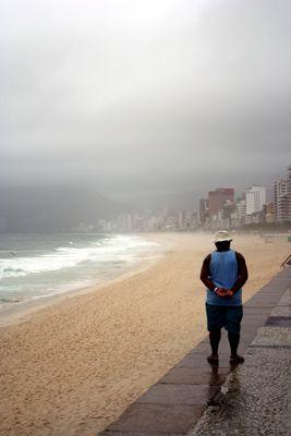 Regentag am Strand von Ipanema