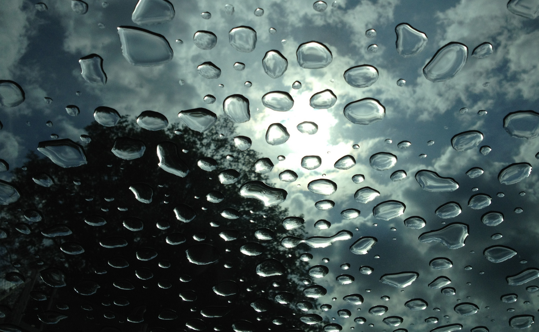 Regentropfen am Schiebedach