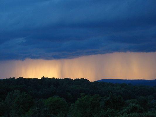 Regenvorhang am Abend im Gegenlicht