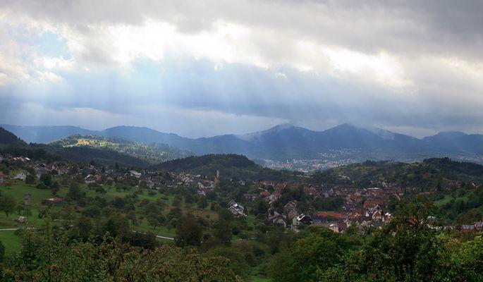 Regenwetter mit einem Loch und kleinem Sonnenstrahl im Schwarzwald