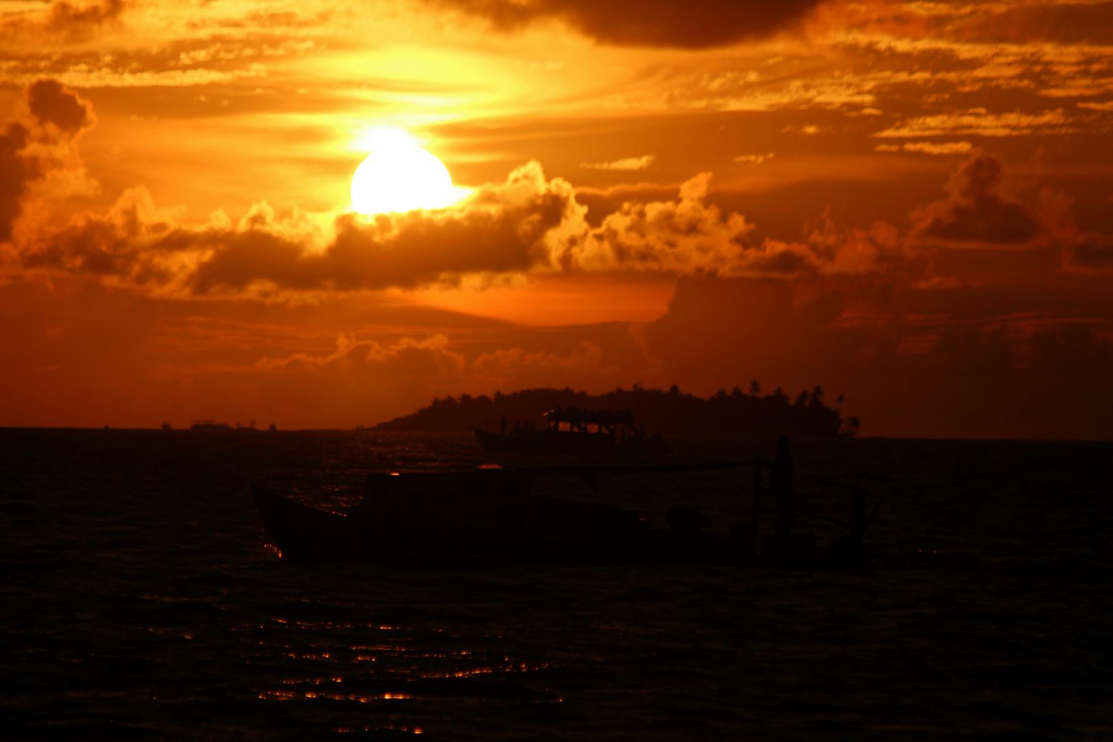 Reger Schiffsverkehr kurz vor Sonnenuntergang.