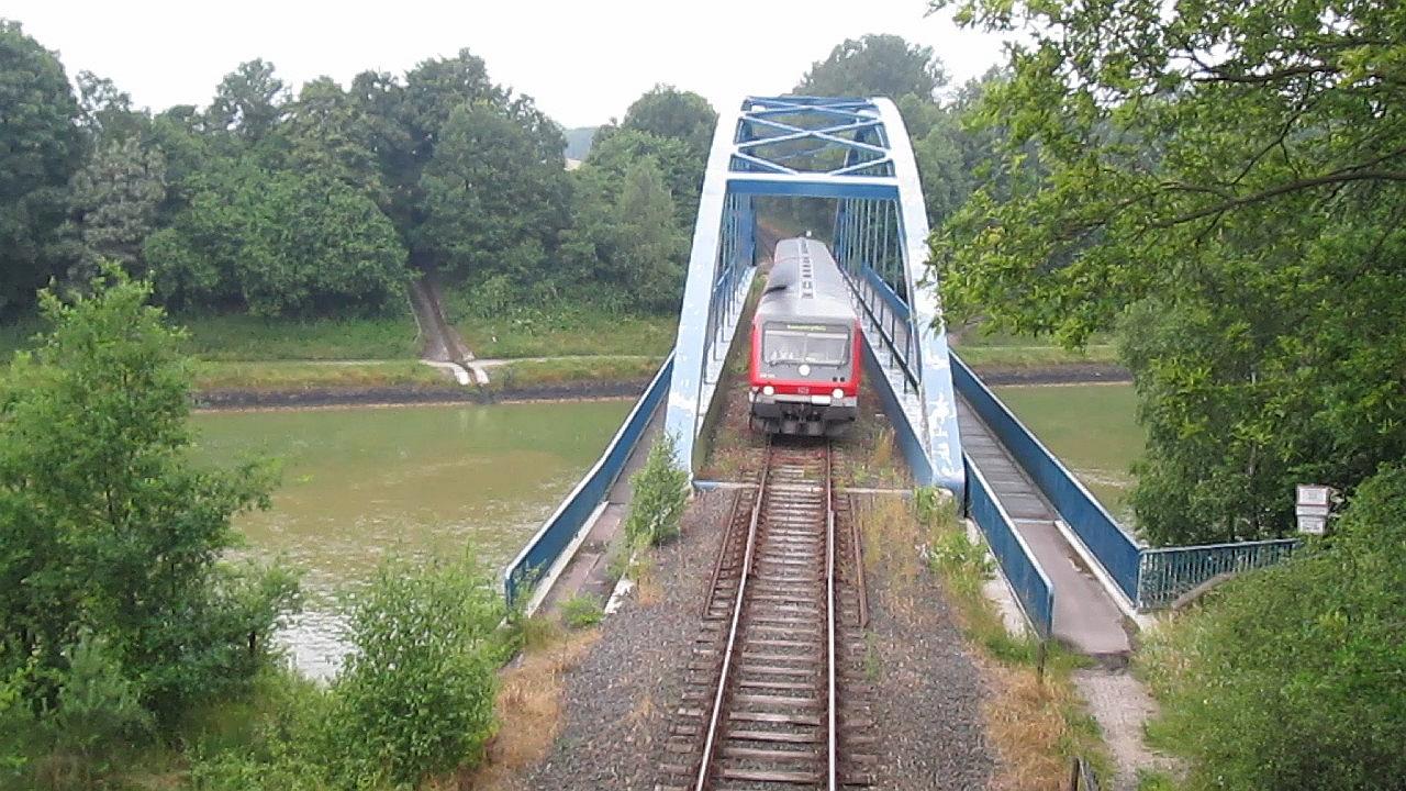 Regionalbahn auf Brücke über Kanal