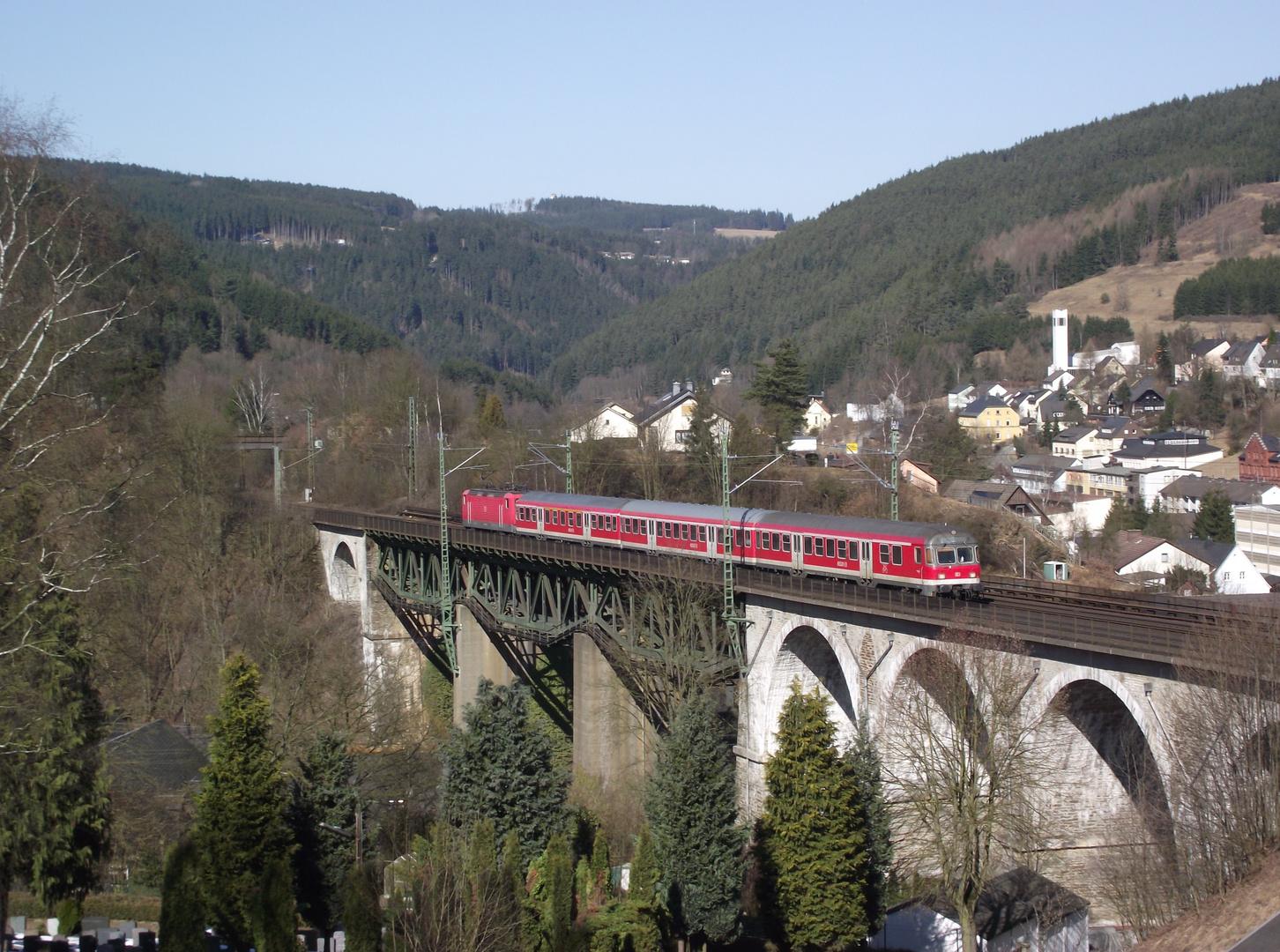 Regionalbahn auf dem Trogenbachviadukt