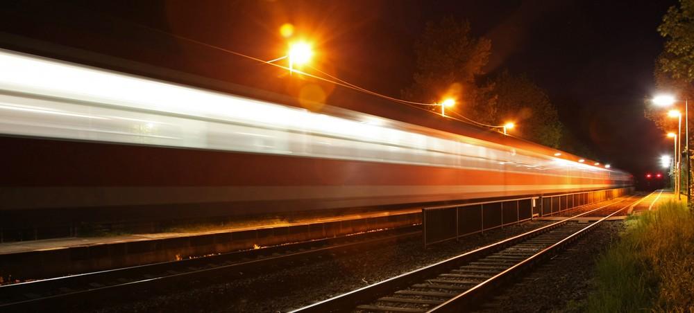 Regionalexpress bei Nacht