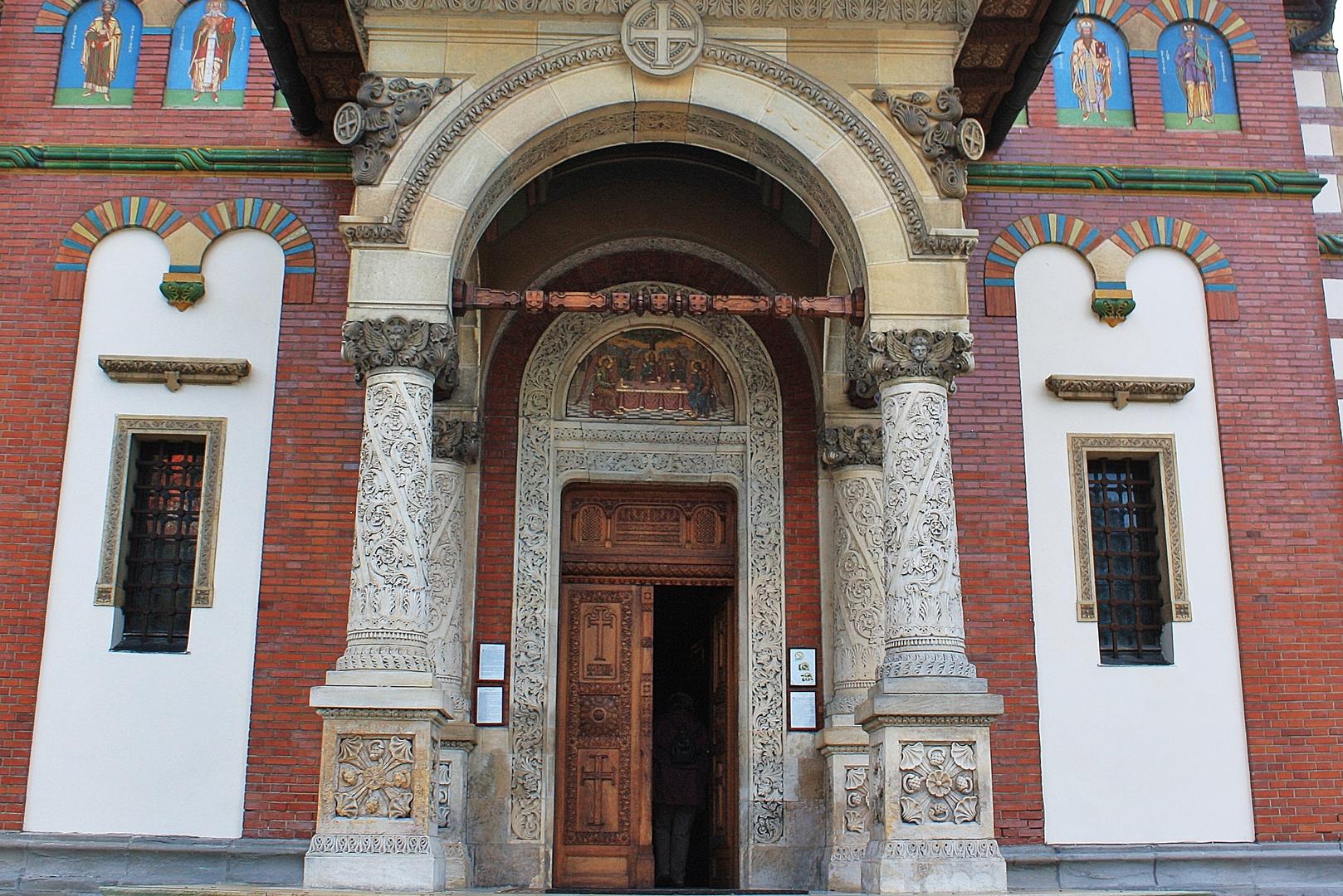 Reich verziert ist dieser Eingang zu einer Klosterkirche in Rumänien.