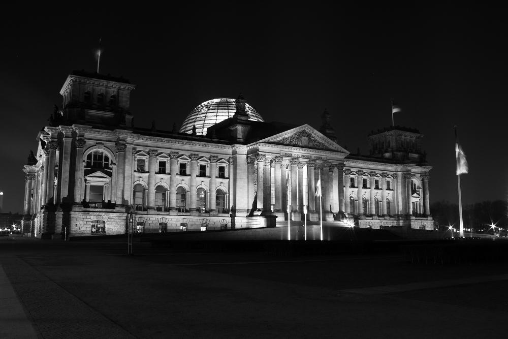 Reichstag bei Nacht und klirrender Kälte