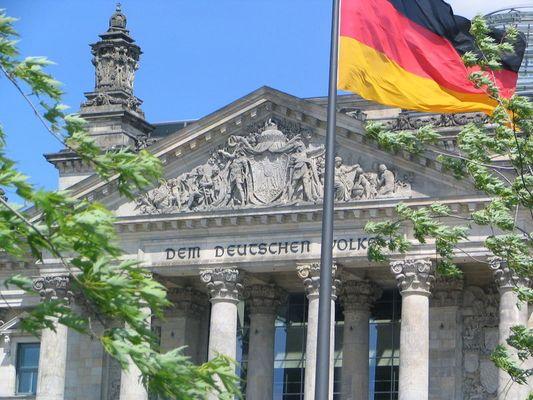 Reichstagsgebäude mit Flagge