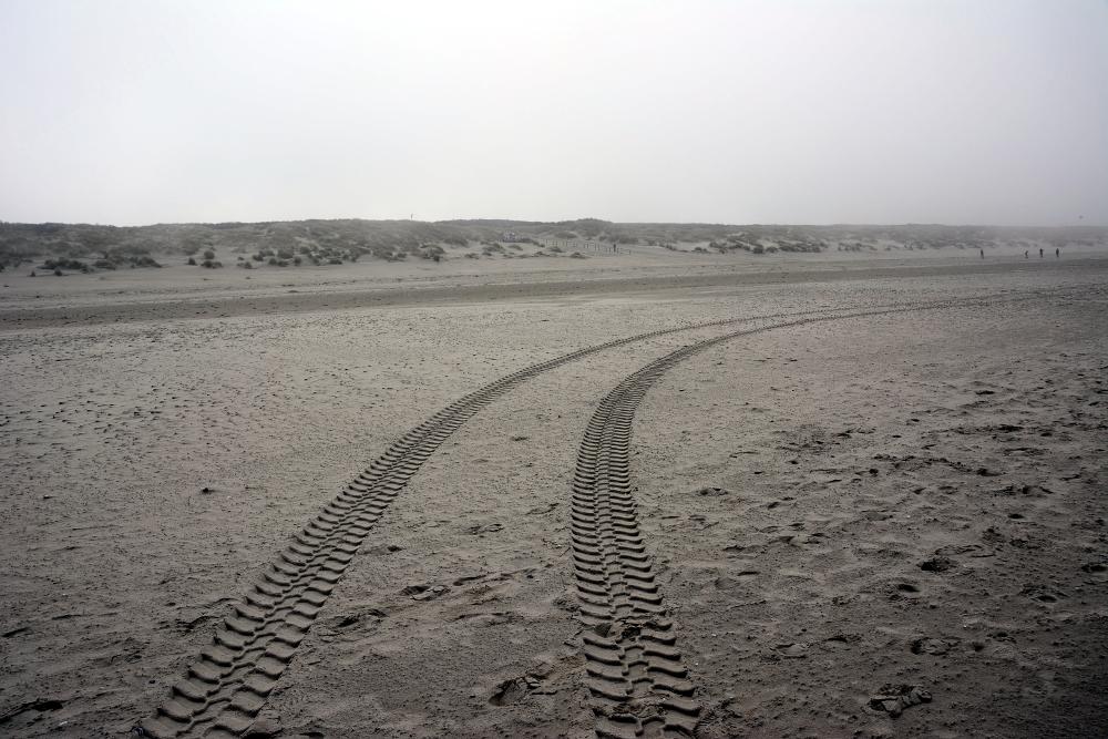 Reifenspuren am Strand