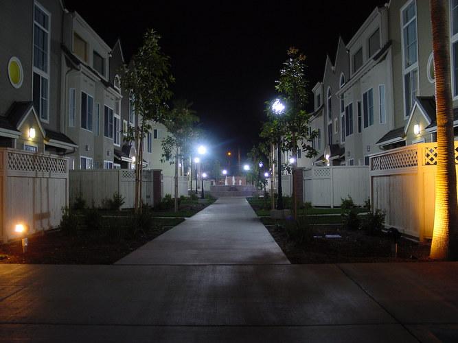 Reihenhäuser bei Nacht