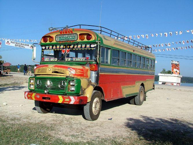 Reisebus in Flores (Guatemala)